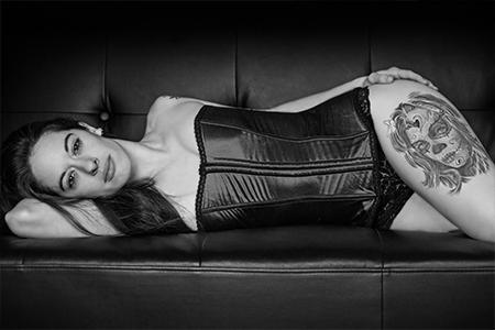 MG Boudoir Photographie - tatou - corset - lingerie - haut de gamme - cuir - séduction - confiance en soi