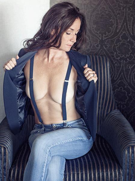 MG Boudoir Photographie - audace - jeans - veston - haut de gamme - aisance - beauté - confiance - séduction